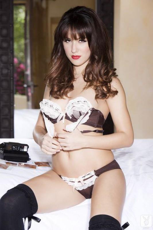 Проститутка в спальне запечатлевает свою сексуальность
