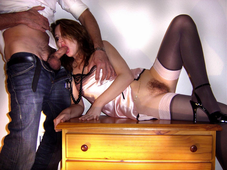 На полу супермодель показывает пушистую промежность секс фото