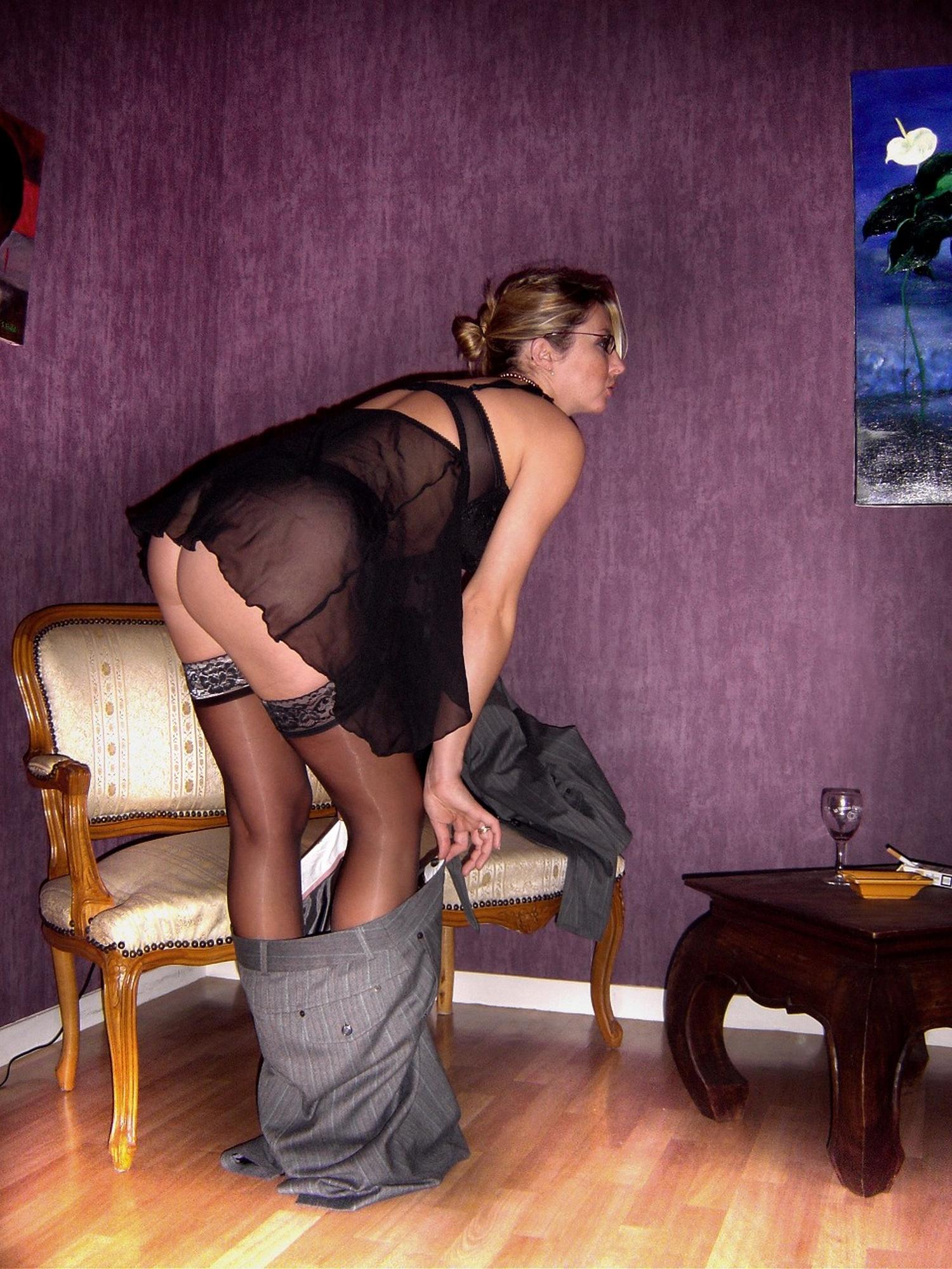 Возбужденная бизнес-леди шалит в апартаментах смотреть эротику