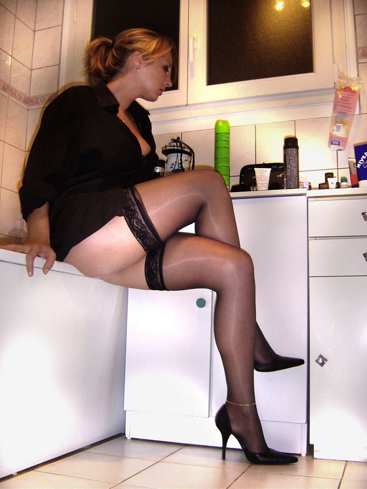 Страстная милфа в ванной раздвинула ноги в чулках