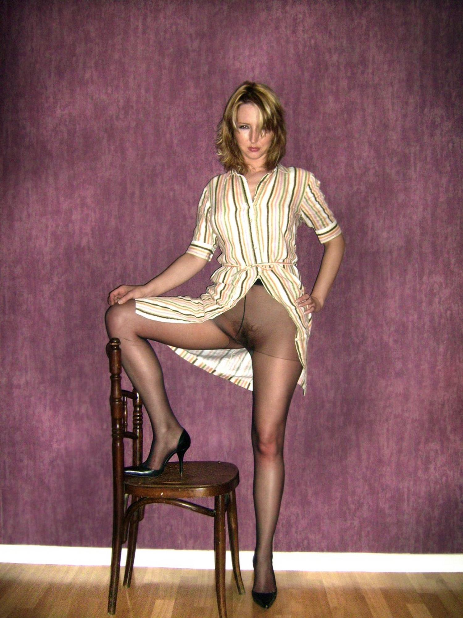 Игривая милфа лежит на полу в колготках надетых на голую пизду секс фото
