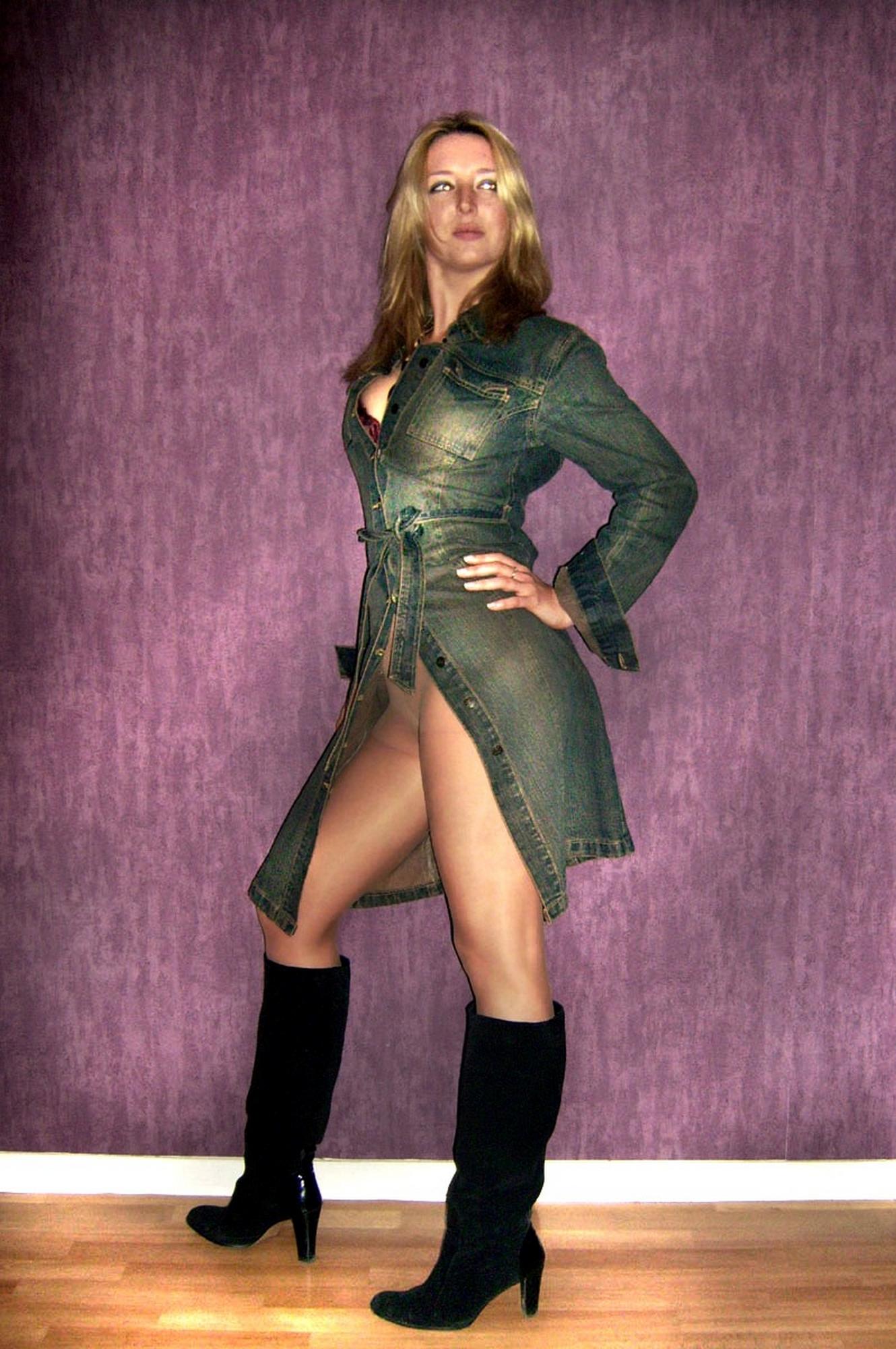 Мамаша в колготах растопырила ноги на фоне фиолетовой стены секс фото