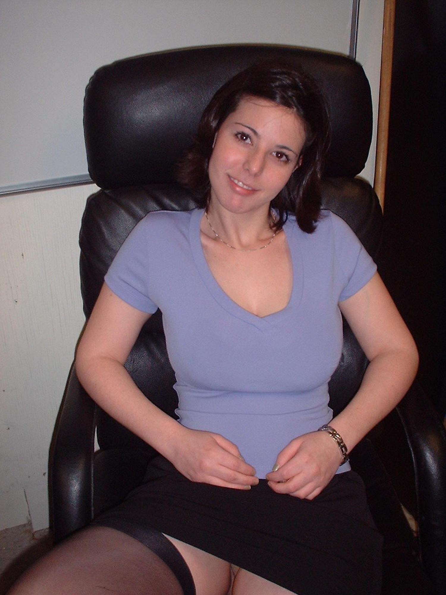 Баба имеет мохнатку пальчиками сидя в кресле