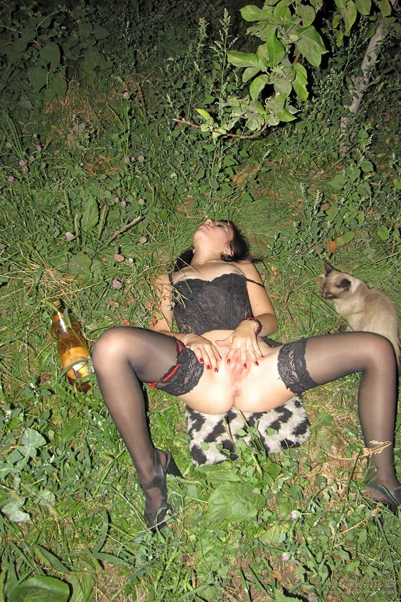 Ночью в посадке брюнетка бахвалится киской