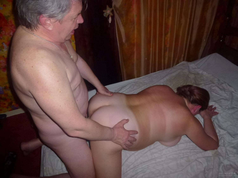 На лежанке два чувака ебутся с жирной давалкой