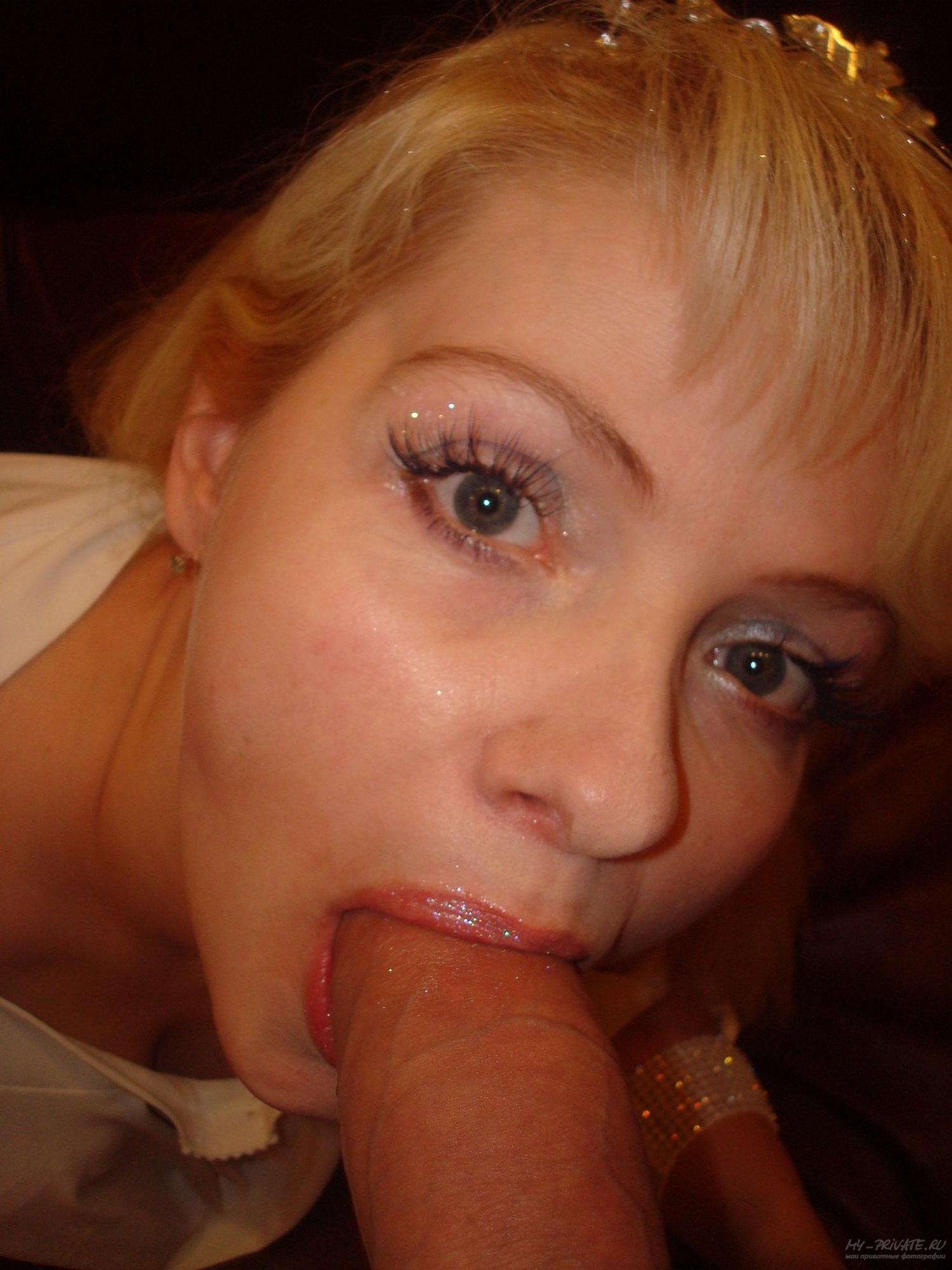 Блондинка в белых гольфах в гостях показывает вагину