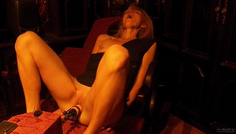 Зрелка лижет пока ее трахает секс-машина