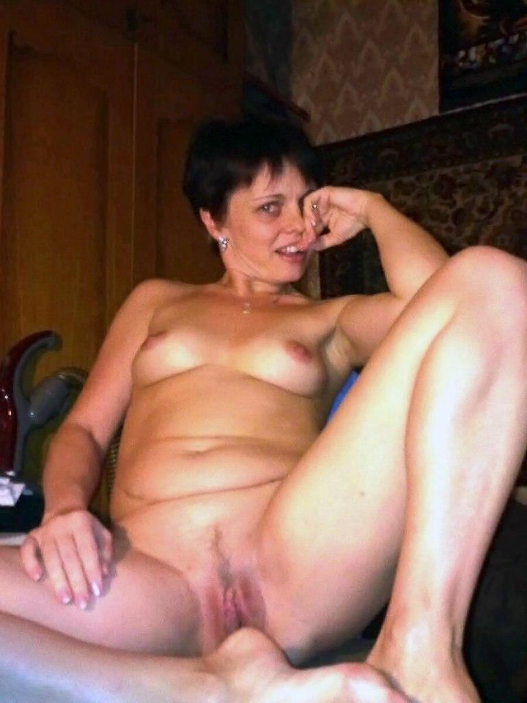 На кухне брюнетистая дама позирует без одежды