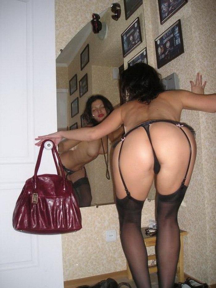 Выпившая леди сексуально онанирует в своей комнате секс фото