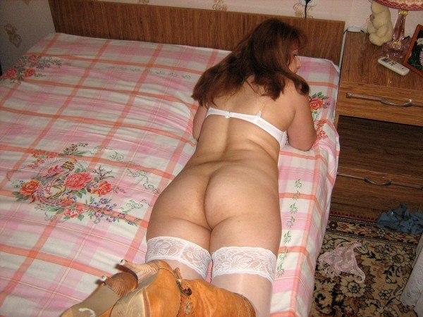 Хозяйка на кроватке дрочит в белоснежном белье
