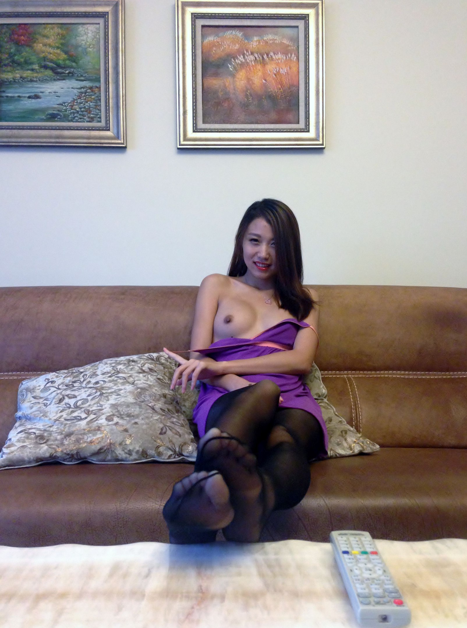 19-летняя японка стянула колготки до колен на спинке дивана секс фото