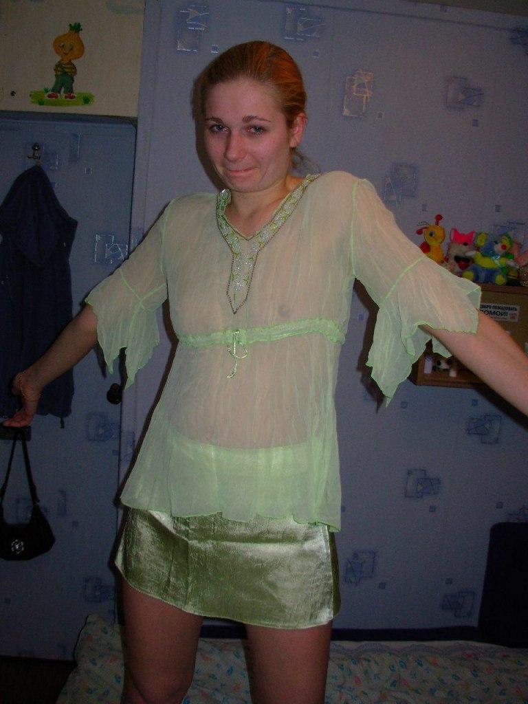 В своей комнате девушка надела на голое тело полупрозрачное одеяние