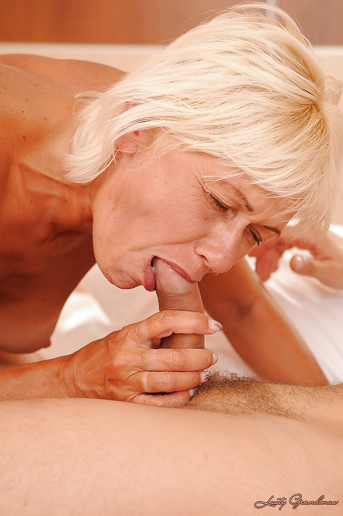 Молодчик в постели трахает в писю блондинистую старуху