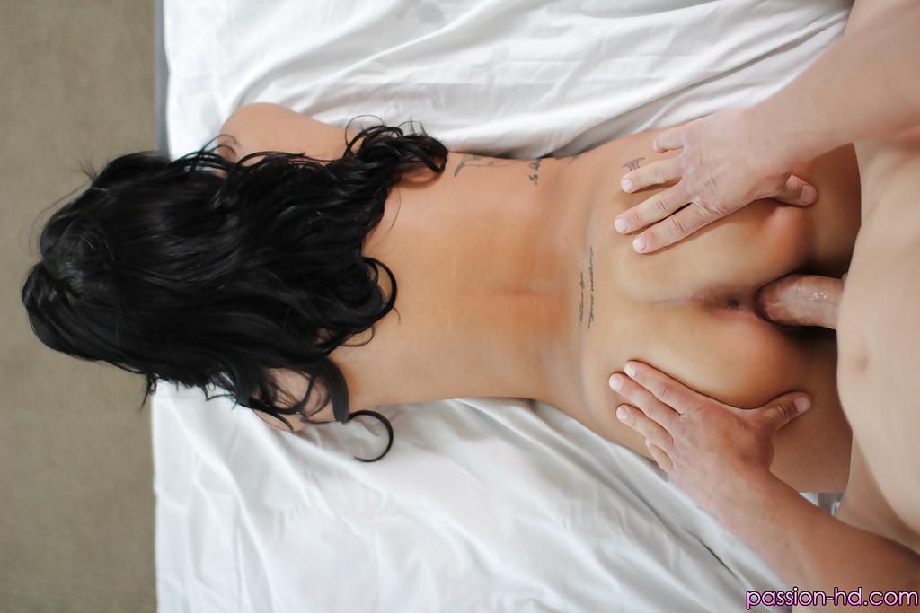 Самец трахает озабоченную индуску в спальне