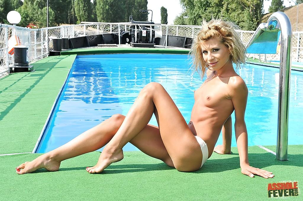 Тощая девка сфотографировала небольшие дойки около бассейна смотреть эротику