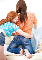 В апартаментах лесбиянка собралась лизать рыжую киску подруги 3 фотография