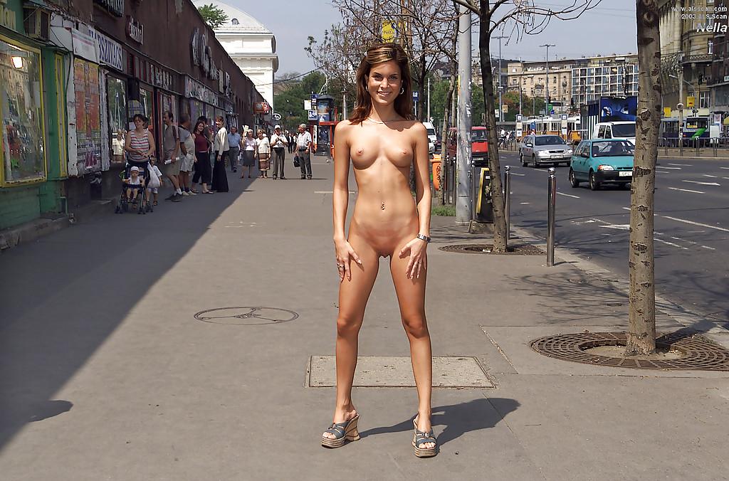 Девка не стесняется стоять без трусиков на людной улице