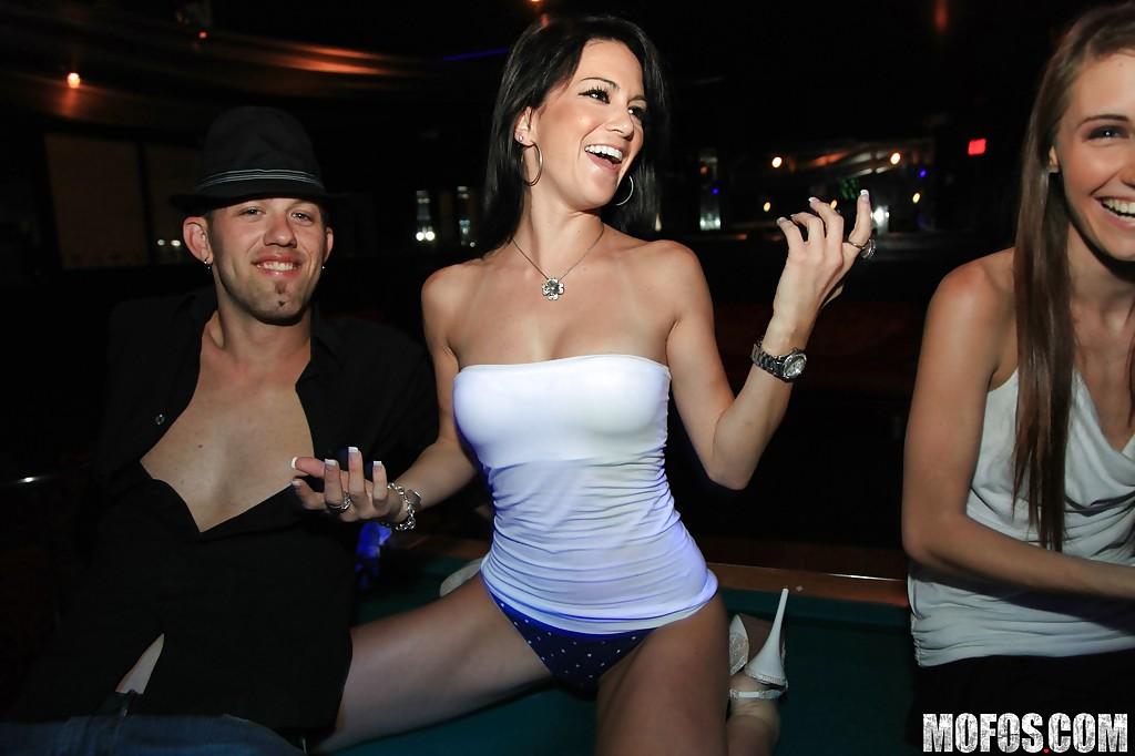 2е сучки трахаются с мужчиной во время вечеринки смотреть эротику