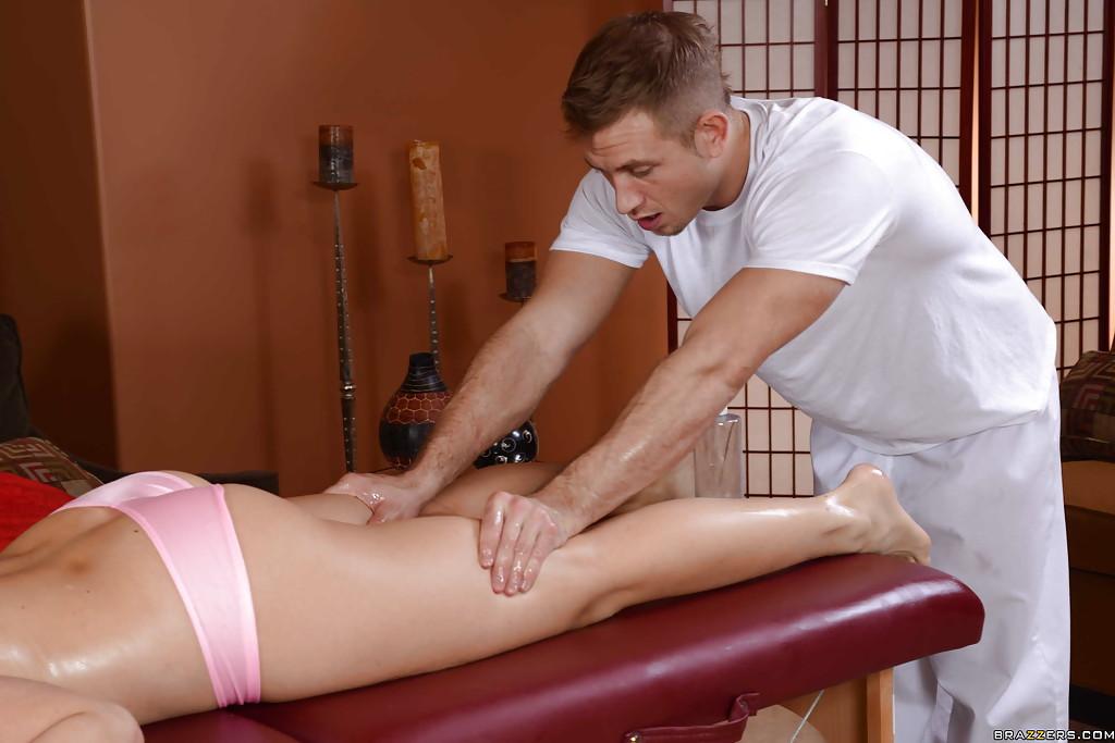 Вертихвостка занимается сексом с мастером на массажном столике