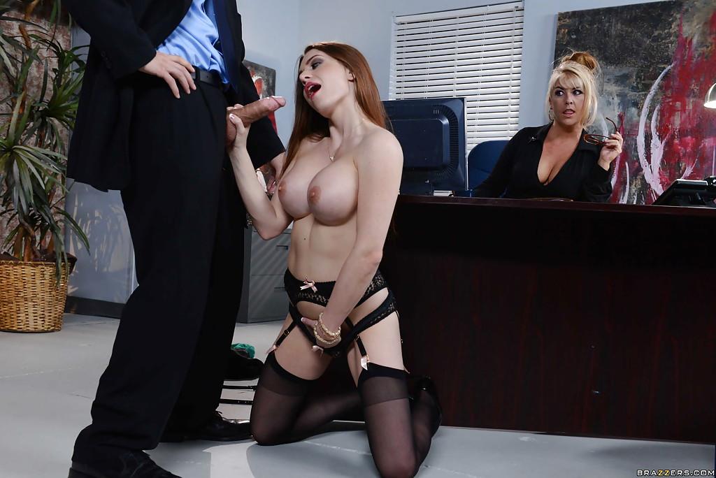 Менеджер имеет секретаршу в кабине у директрисы