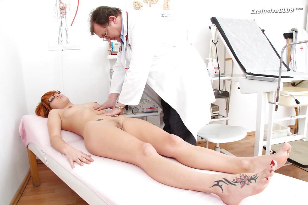 Доктор в ставил предмет в анал рыжей проститутки