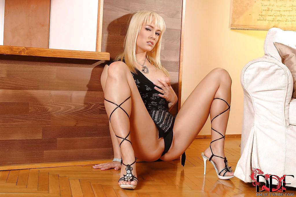 Знойная блонда показывает письку сидя на полу