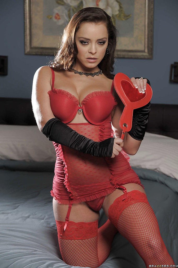 На постели бестия позирует в красном белье