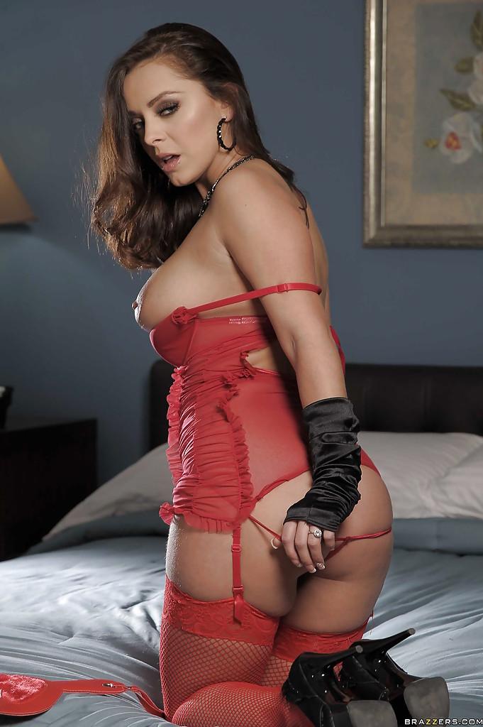 На койке бестия делает селфи в красном белье смотреть эротику