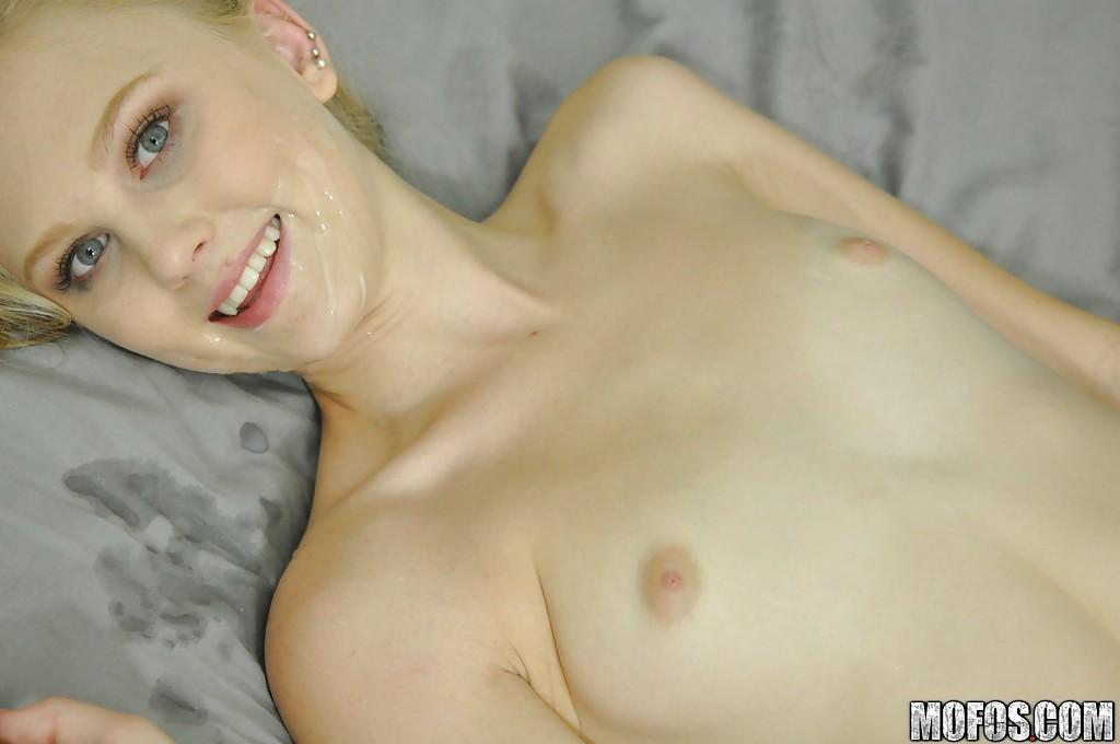 Молодая соска на кровати делает минет