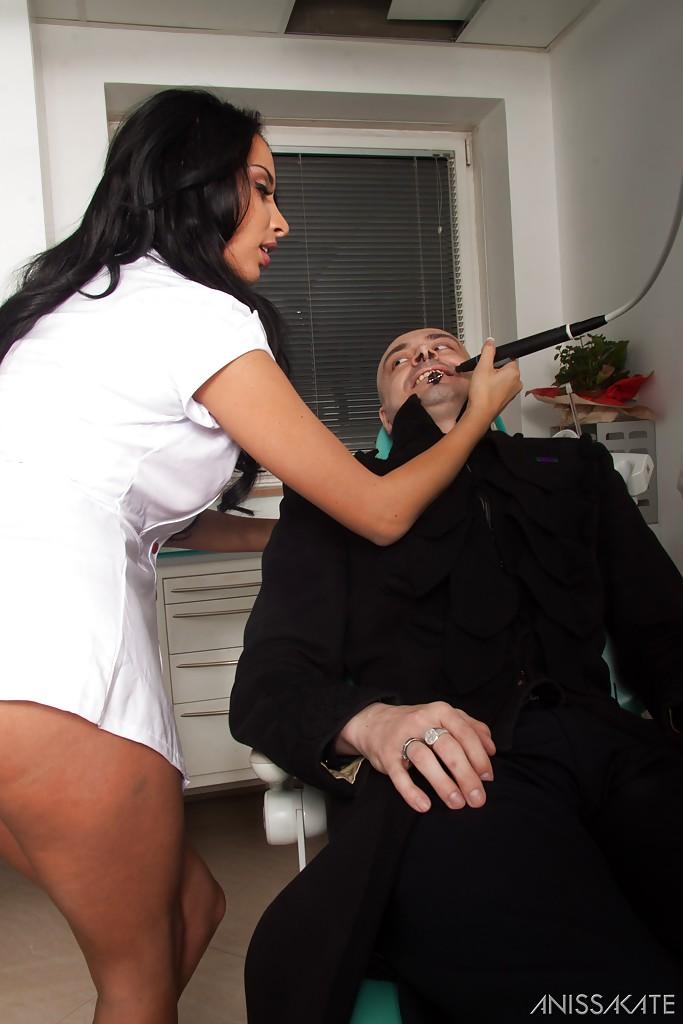 В стоматологическом кабинете гот порет брюнеточку в сраку секс фото