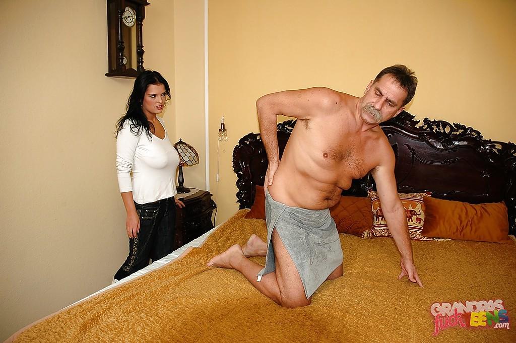 Усатый мужик трахает в спальне двадцатитрехлетнюю давалку