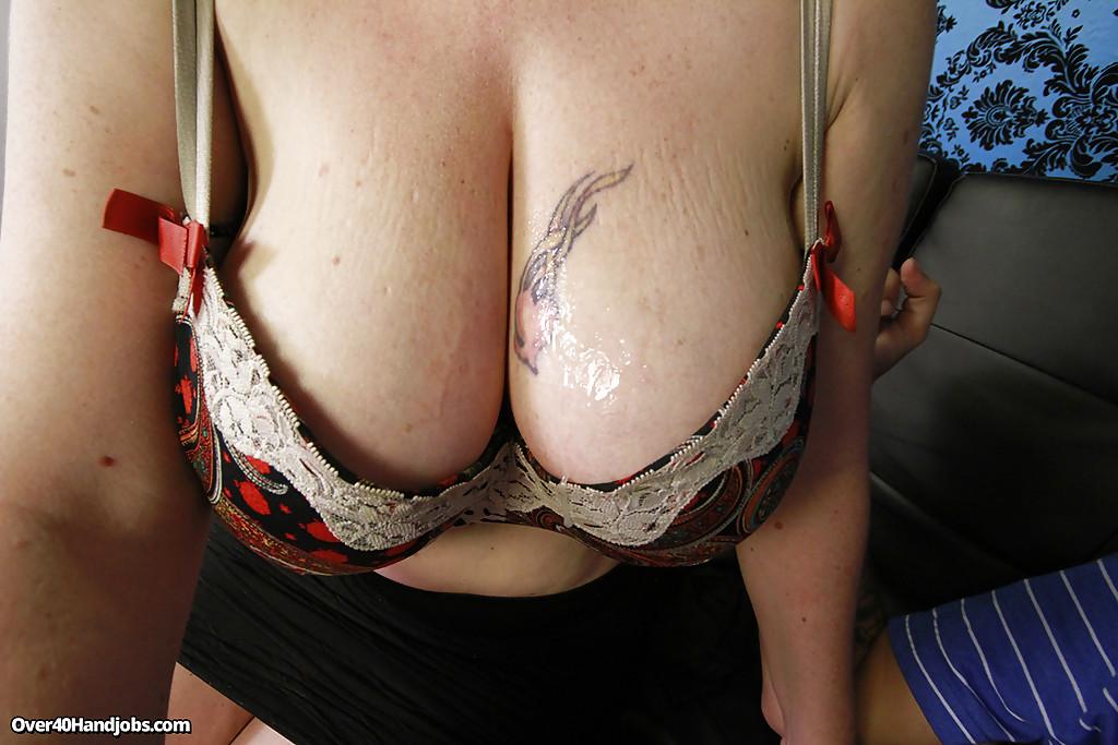 Сисястая милфа надрачивает большой член соседа у него в домашних условиях секс фото