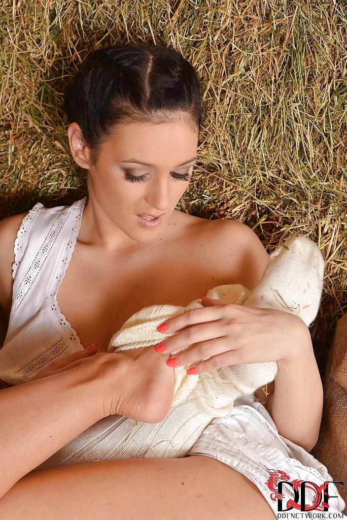 Две сельские девицы предаются плотским утехам на сеновале