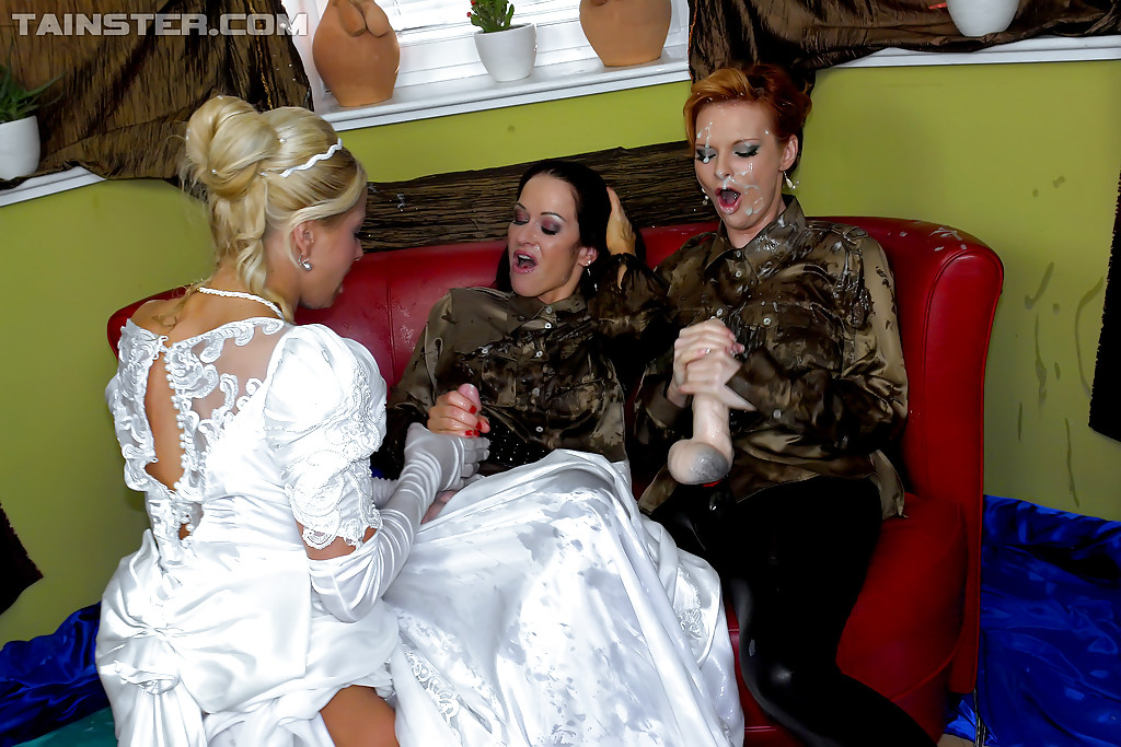 Перед свадьбой девки поливают невесту искусственной спермой