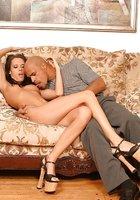 Два негра трахают сучку во все дырки на диване 1 фотография