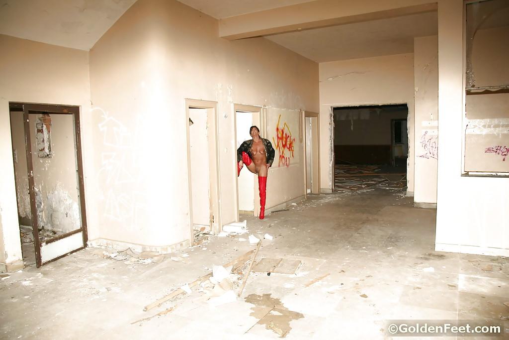 Матерая рокерша развратно хвастается в заброшенном здании