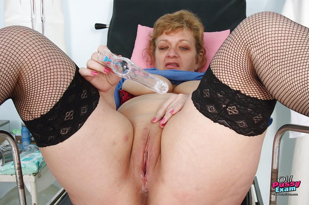 Старая медсестра засунула в манду гинекологический инструмент