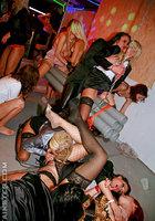 Озабоченные дамочки устроили оргию в ночном клубе 6 фото