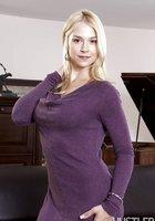 Блондиночка оголила сисечки на удобном диване 2 фотография