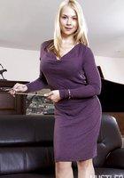Блондиночка оголила сисечки на удобном диване 3 фотография