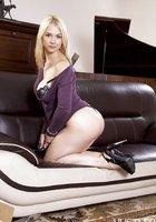 Блондиночка оголила сисечки на удобном диване 6 фотография