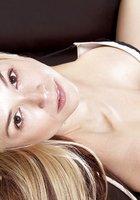 Блондиночка оголила сисечки на удобном диване 9 фотография
