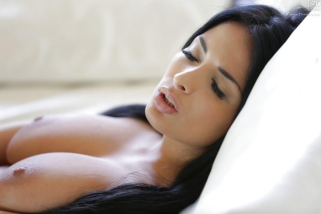 На диване грешник трахает брюнетку с натуральными бидонами