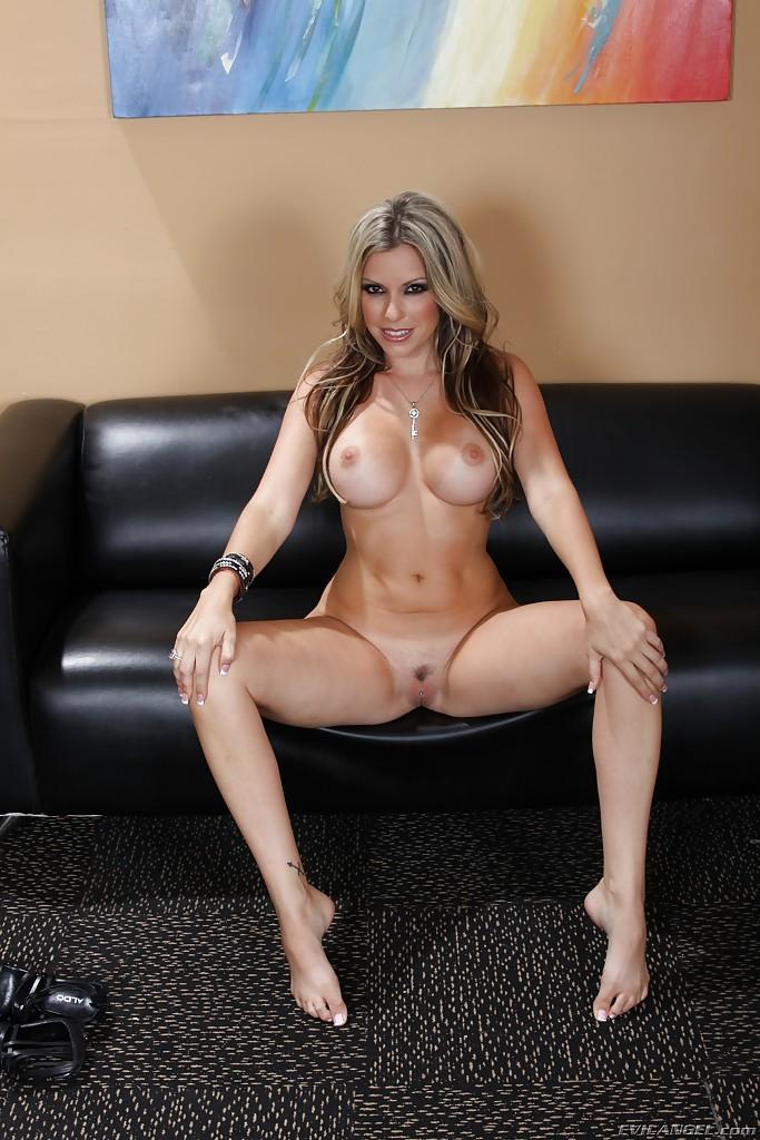 Мадемуазель показывает голое тело на черном диване