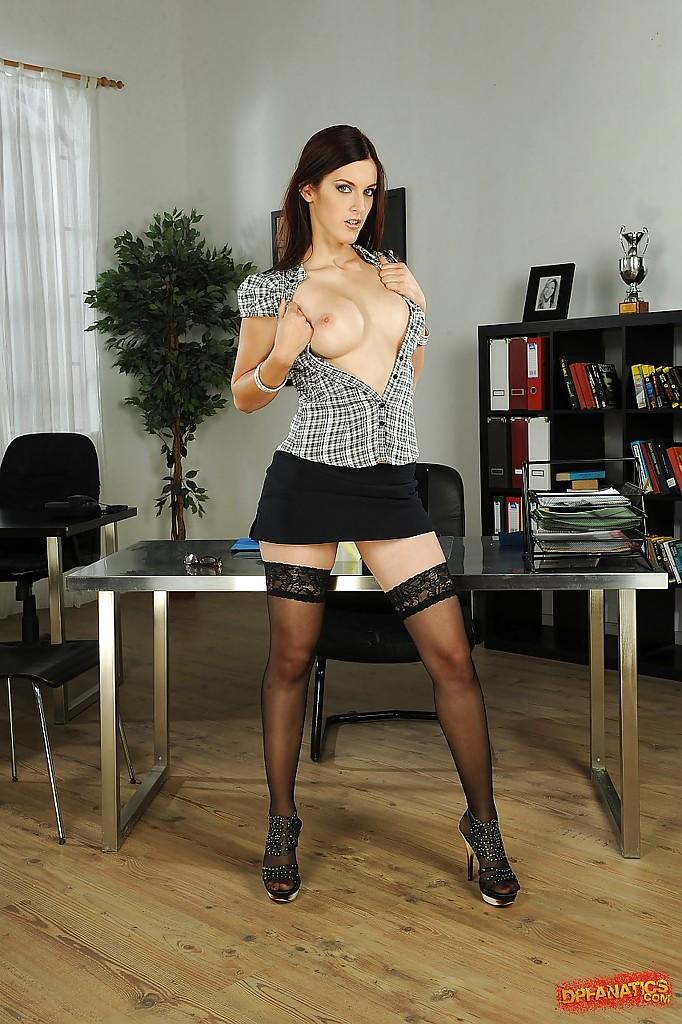 Сексуальная директриса показывает себя в кабинете