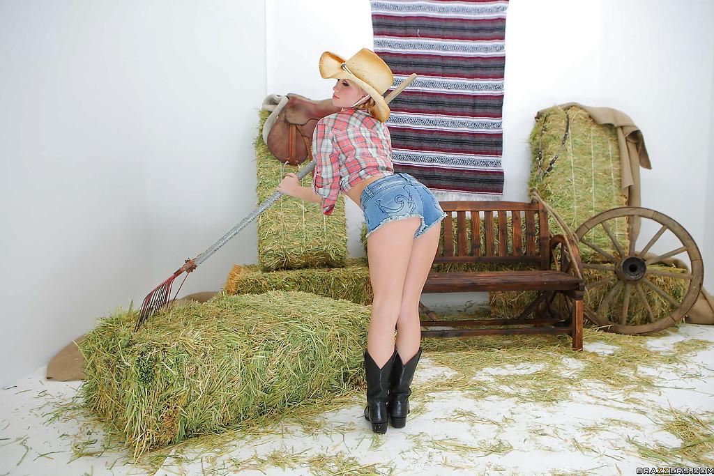 Сексуальная фермерша оголилась возле стогов сена