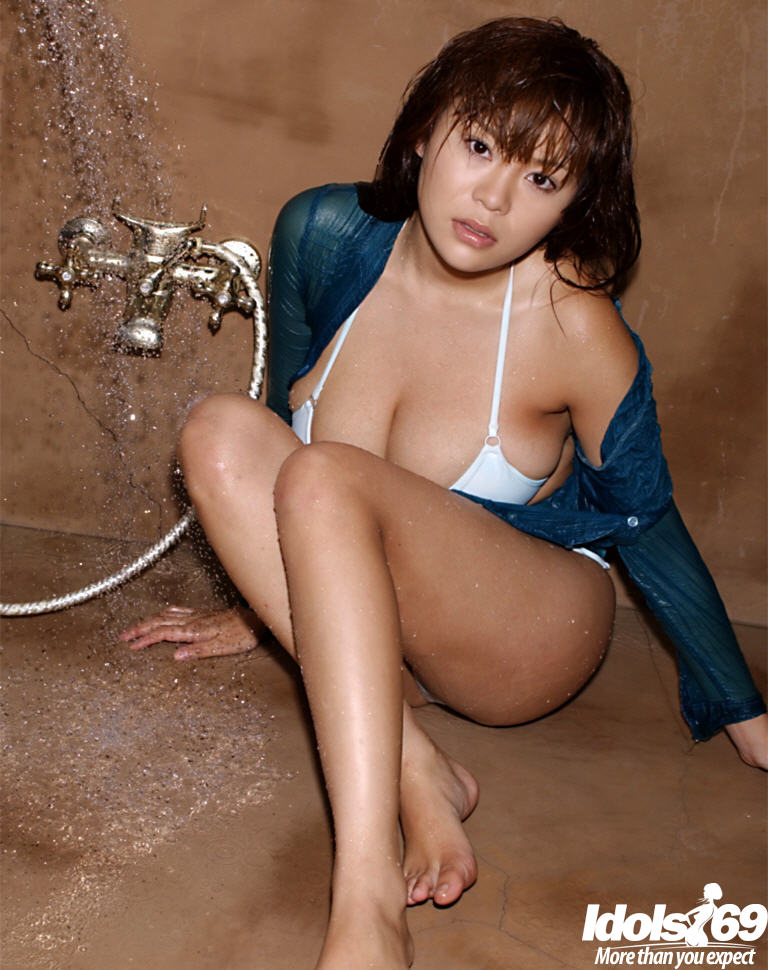 Yoko Matsugane мочит себя в душе не снимая рубашку