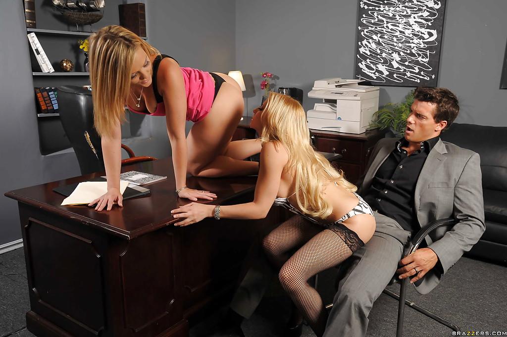 Босс трахает в киску двух своих работниц на рабочем столе