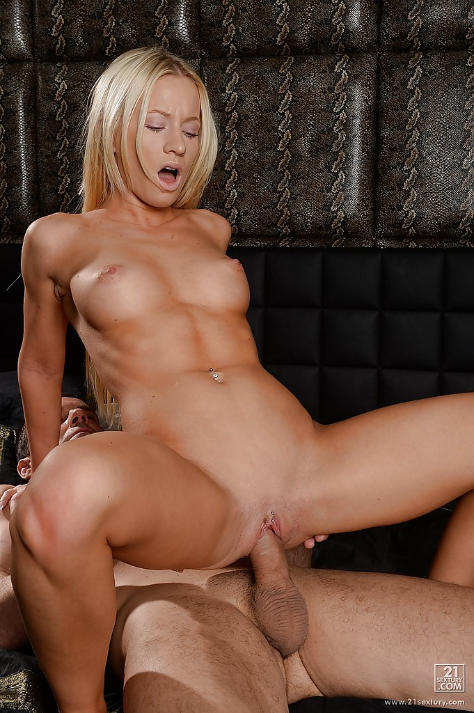 На постели ухажер ебёт голенькую блондинку