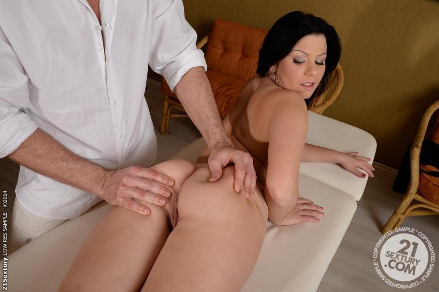 Брюнетка трахается с массажистом в салоне красоты